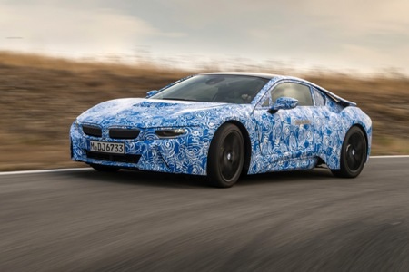Với chiều dài cơ sở 2.800 mm, xe BMW i8 dài 4.689 mm, rộng 1.942 mm và cao 1.293 mm